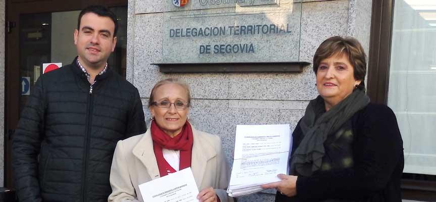 Dos de las promotoras de la recogida de firmas junto a Carlos Fraile antes de la entrega.