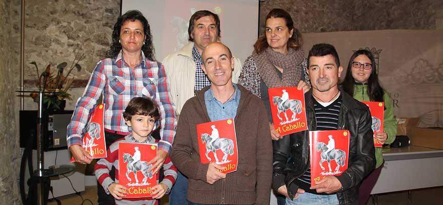 Miembros de la directiva tras la presentación de la revista.