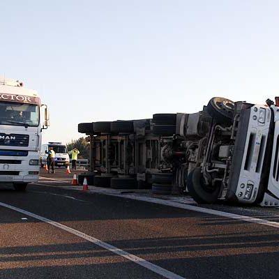 Un camión cargado de remolachas vuelca en la autovía provocando retenciones