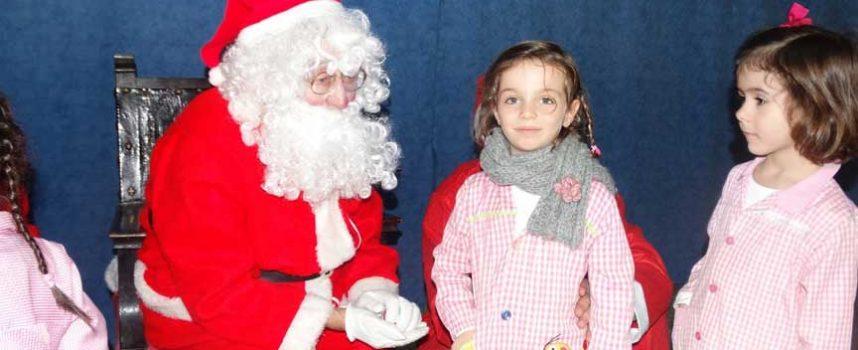 Papa Noël reparte ilusión entre los escolares de Cuéllar