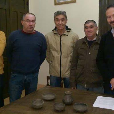 El Ayuntamiento de Aguilafuente recibe cinco piezas arqueológicas para su estudio y conservación