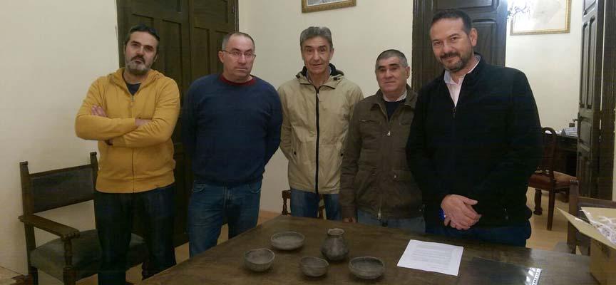 Miembros de la Corporación Municipal junto a la familia donante de las piezas.