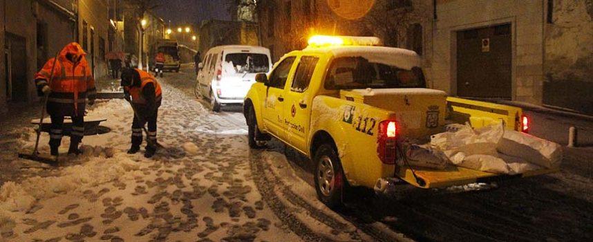 La nieve hace necesarias cadenas en casi toda la red de carreteras de la provincia