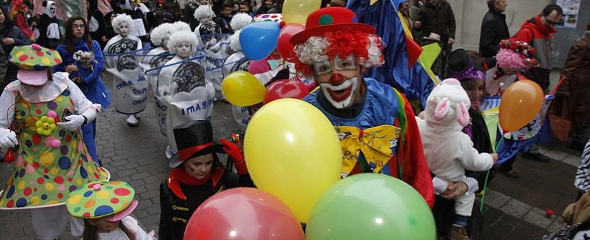 El `Circo du Solete´ ganador del concurso de disfraces de Cuéllar