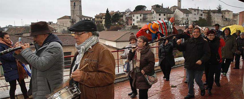Un entierro de la sardina pasado por agua marcó el fin del Carnaval cuellarano