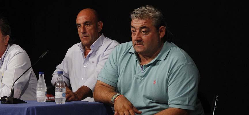 José Luis Mayoral (izquierda) y Pedro Caminero durante una reunión con caballistas en Cuéllar. | Foto: Gabriel Gómez |