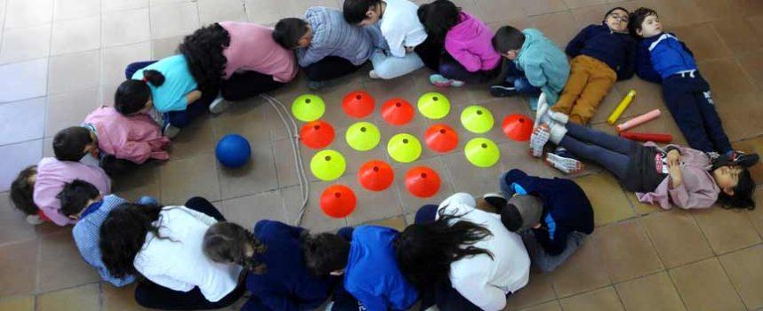 Los escolares de la comarca dibujan peces en recuerdo del pequeño Gabriel