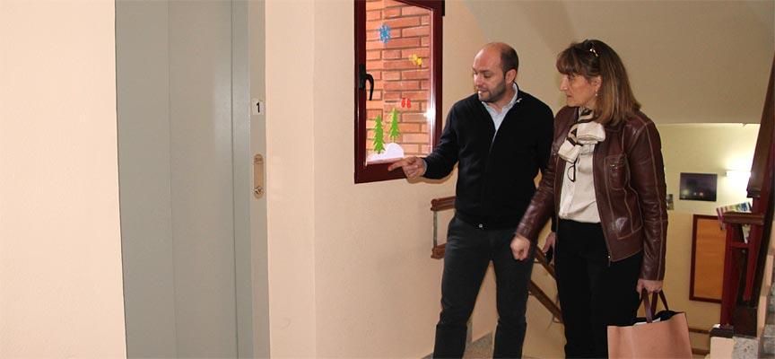 La directora provincial de Educación y el director de Santa Clara junto al ascensor del centro en una visita anterior.