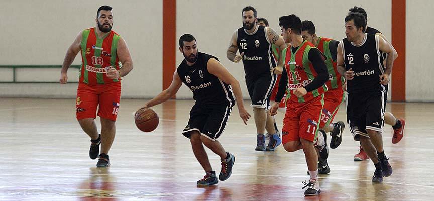 Contraataque del Club Baloncesto Cuéllar en un partido ante el CD Base en el polideportivo de Cuéllar. | Foto: Gabriel Gómez |