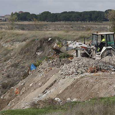 El pleno pone a disposición de la Junta los terrenos para el sellado de la escombrera municipal