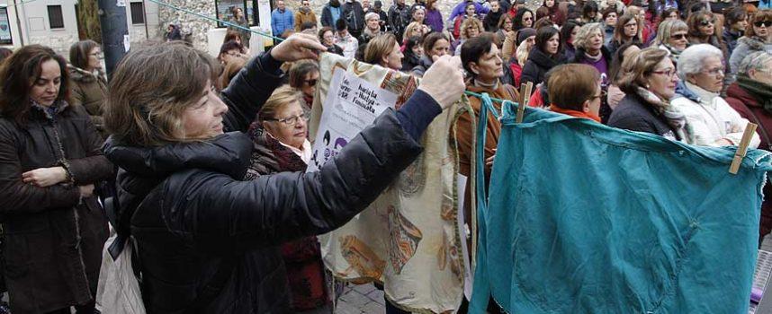Delantales colgados y consignas de igualdad en la concentración del Día de la Mujer en Cuéllar
