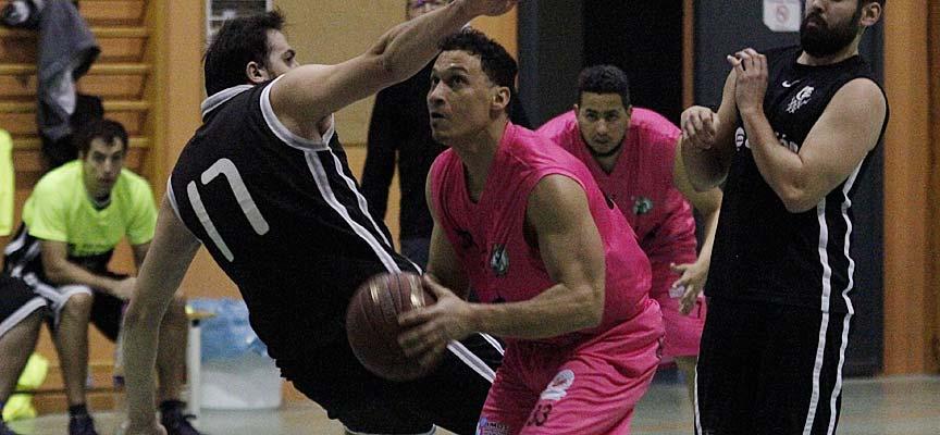 Javi Núñez, del Cuéllar Basket Team, durante un partido frente al Club Baloncesto Cuéllar. | Foto: Gabriel Gómez |