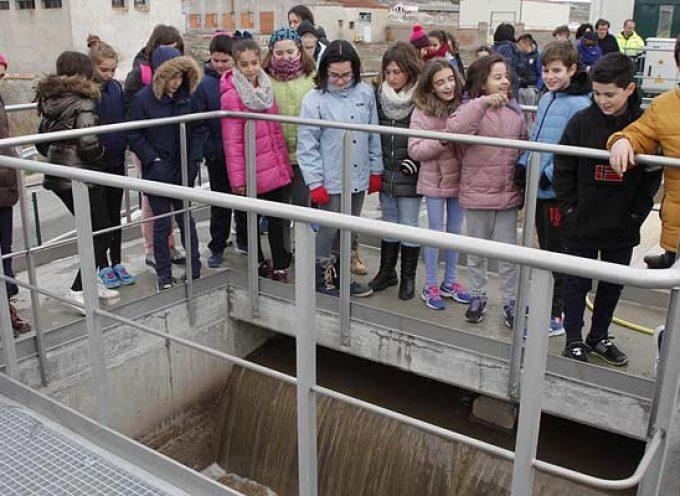 Ayuntamiento y Aquona muestran a los escolares el proceso del agua en la Estación Depuradora