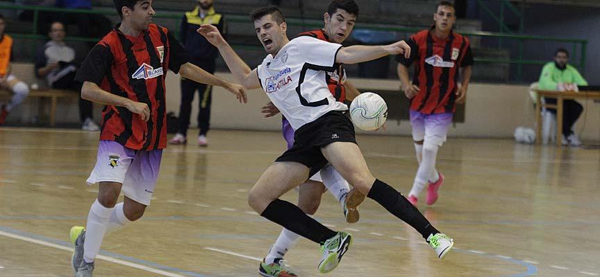 Abel, del Racing Cuéllar, cae ante la defensa del CD Coyanza en un partido disputado en Cuéllar. | Foto: Gabriel Gómez |