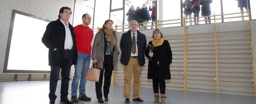 El delegado territorial visita el gimnasio del colegio La Villa y el ascensor del CEIP Santa Clara