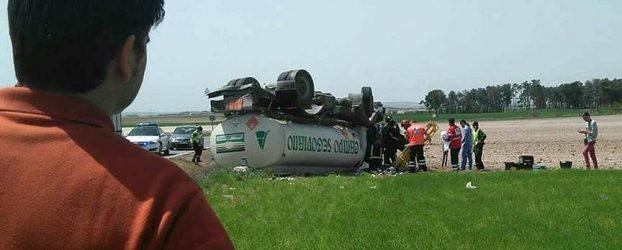Herido un varón de 45 años al volcar un camión que trasportaba gasoil en Aldea Real