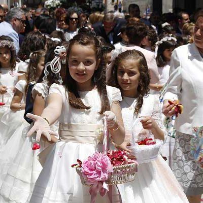 La procesión del Corpus sembró de pétalos las calles de la villa