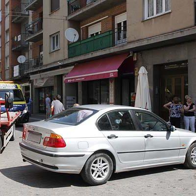 Un vehículo invade una terraza en la calle Chorretones sin que se hayan producido daños personales