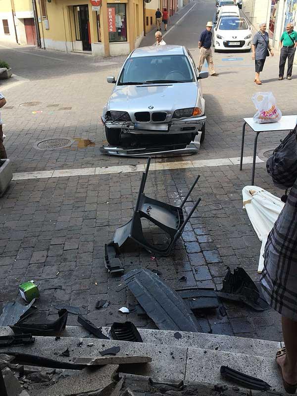 Accidente-vehículo-terraza-bar-calle-Chorretones