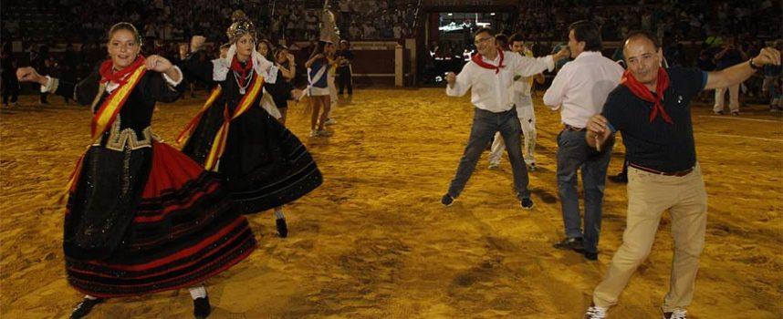Desfile de peñas, fuegos artificiales y música en el fin de fiestas cuellarano