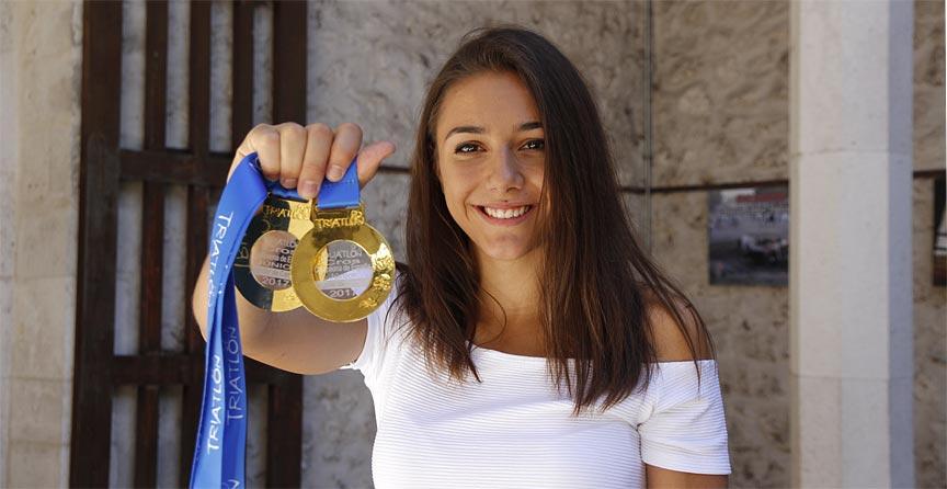 Marina-Muñoz-con-medallas-de-triatlón-y-duatlón-2017