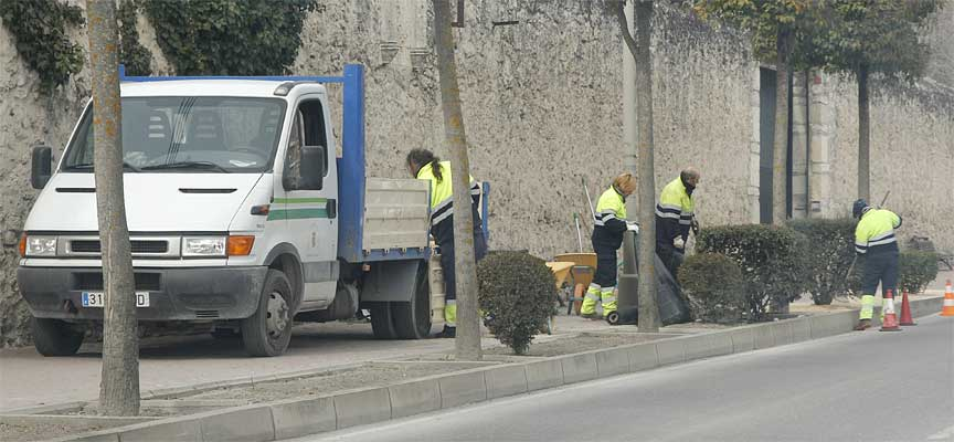 Operarios-municipales-trabajando-en-los-jardines-de-Santa-Clara-en-Cuéllar