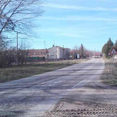 La Diputación corta al tráfico la carretera de San Miguel de Bernuy a Cobos de Fuentidueña para reforzar el firme de la calzada