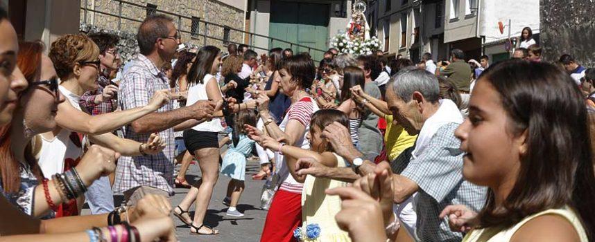 Danzas y vivas en honor a la Virgen de La Palma en el barrio de El Salvador