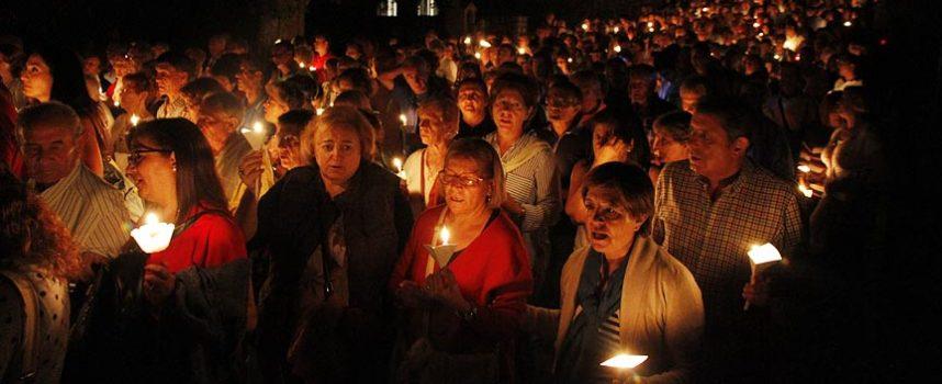 La luz de las velas iluminó el Santuario de El Henar
