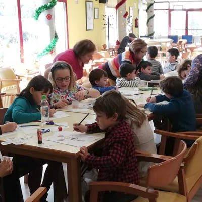 Mayores y niños disfrutaron con los talleres intergeneracionales del Centro de Día