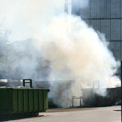 Arden dos contenedores en el Punto Limpio