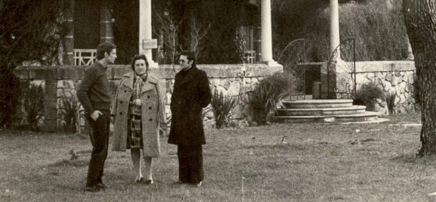 Alfonsa de la Torre, centro, junto a Alfonso Montero, izq, y otro visitantes en el jardín de La Charca, su casa