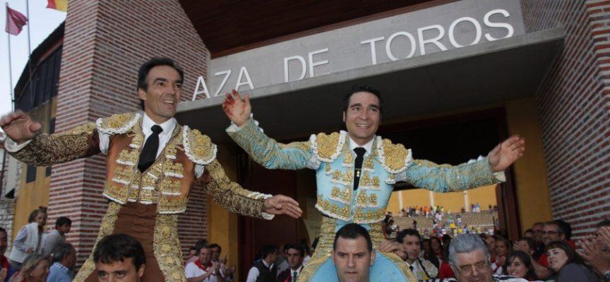 Javier Herrero saliendo a hombros junto a El Cid tras la alternativa