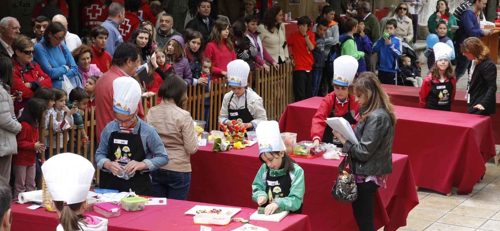 Quince chicos y chicas elaboraron sus ensaladas en la final de Cuéllar Chef Junior. |Foto: Gabriel Gómez|.
