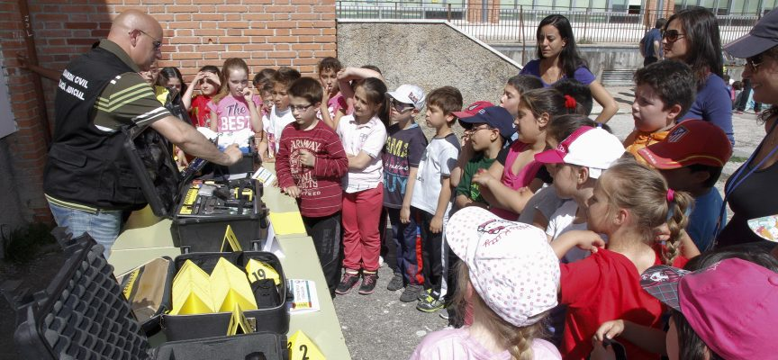 Alumnos siguiendo las explicaciones de uno de los talleres. ||Foto: Gabriel Gómez||.