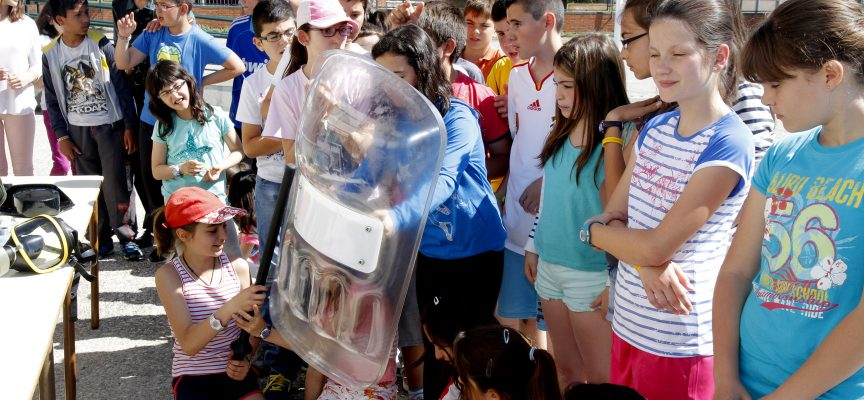 Los alumnos observaron los materiales que la Guardia Civil utiliza habitualmente. ||Foto: Gabriel Gómez||.