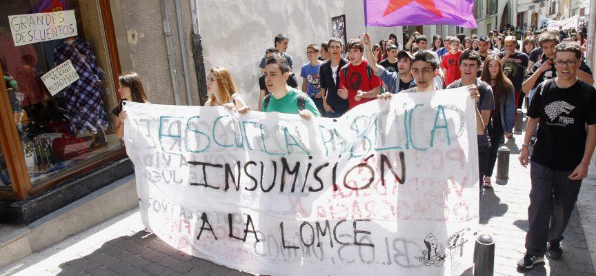 Cabeza de la manifestación ascendiendo por la calle San Pedro