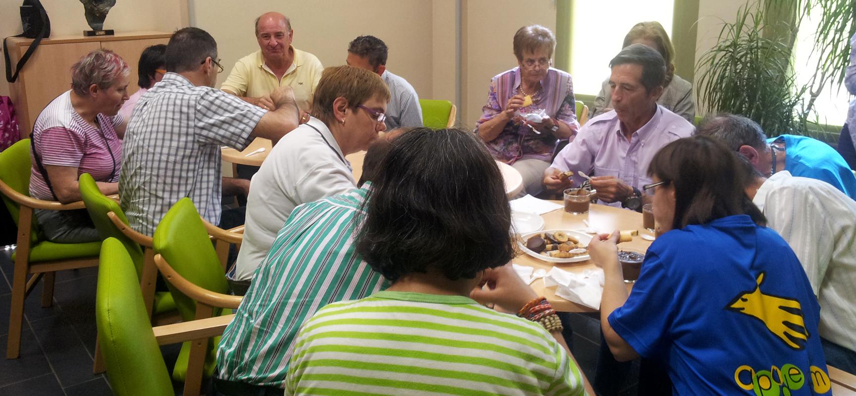 Los usuarios de Apadefim invitaron a los voluntarios a una merienda en el Centro Mar de Pinares.