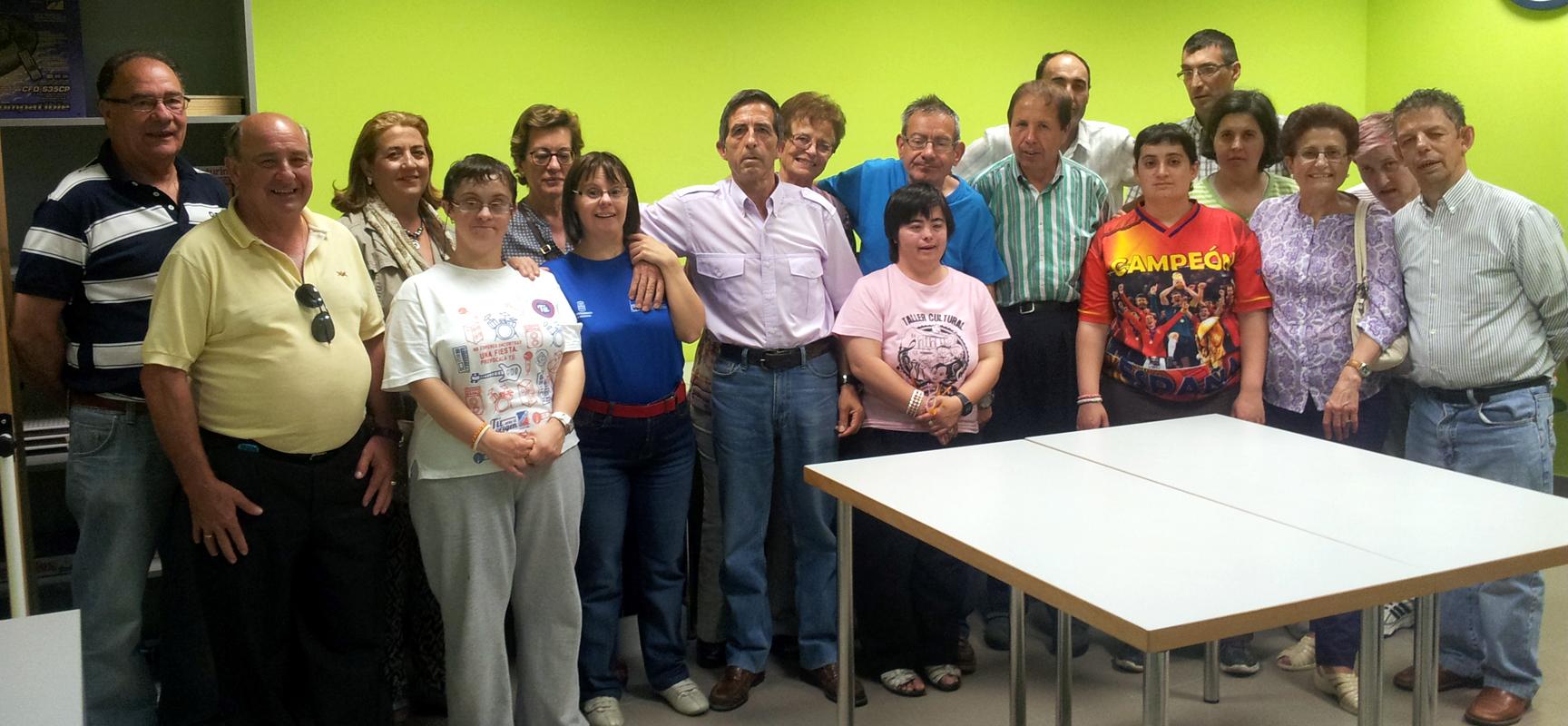 Usuarios de Apadefim participantes en  el curso de informática junto a los voluntarios del Centro de Día.