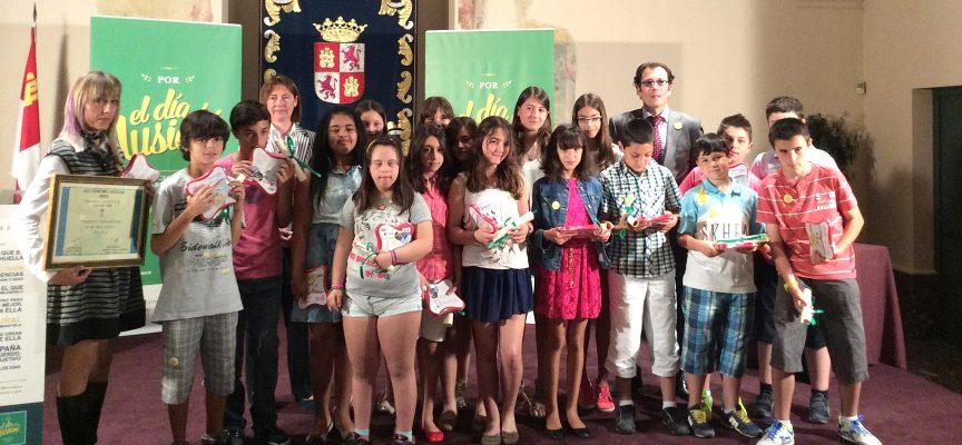 Los alumnos de San Gil y su tutora junto a las autoridades tras recoger su premio.