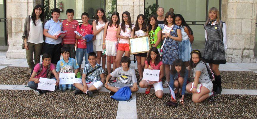 Directora (izq), tutora(drcha.) y alumnos de San Gil.