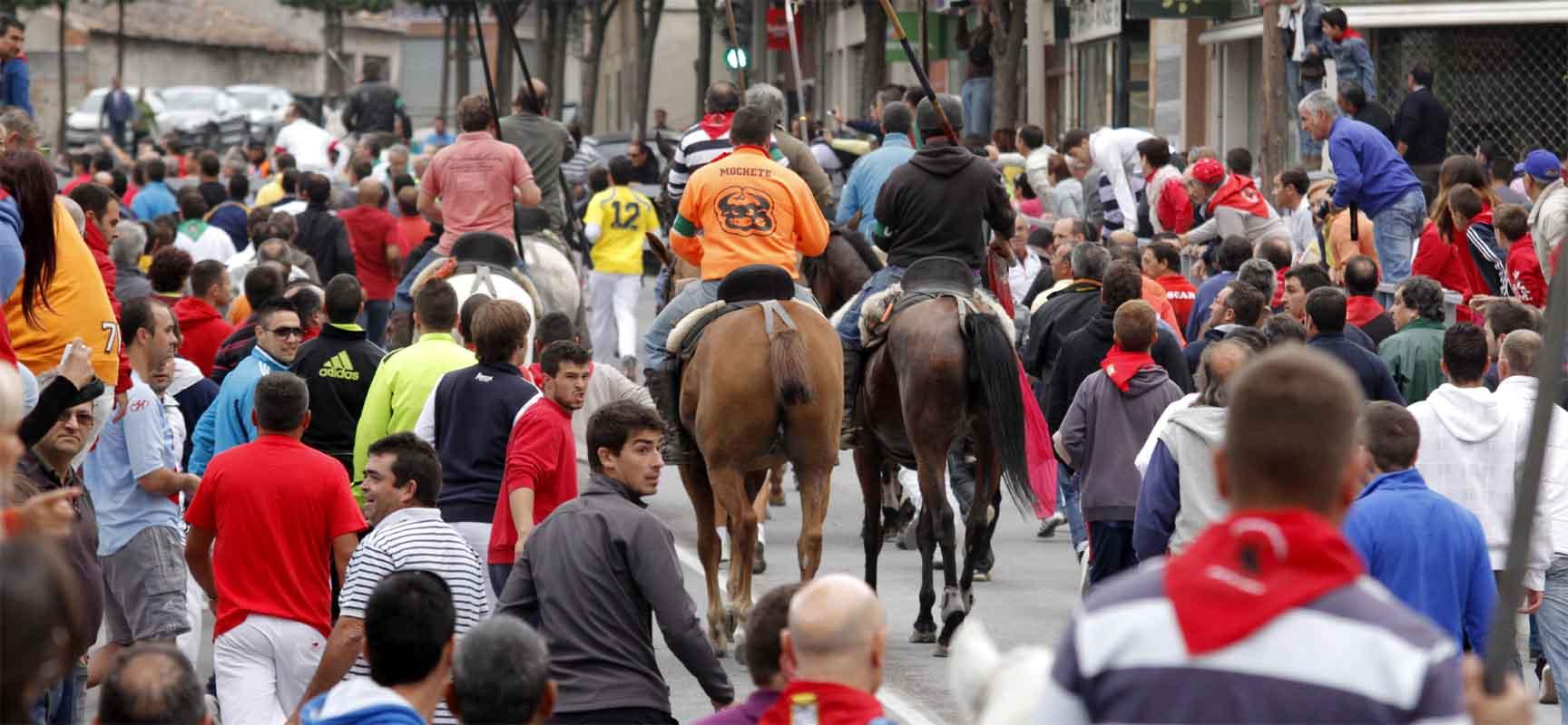 Varios caballistas recorren la Avenida Camilo José Cela tras un encierro.