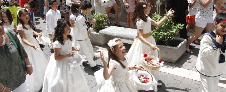 La procesión del Corpus Christi recorrió las calles de la villa