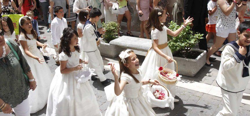 En la procesión participaron los niños y niñas que han tomado este año la comunión.