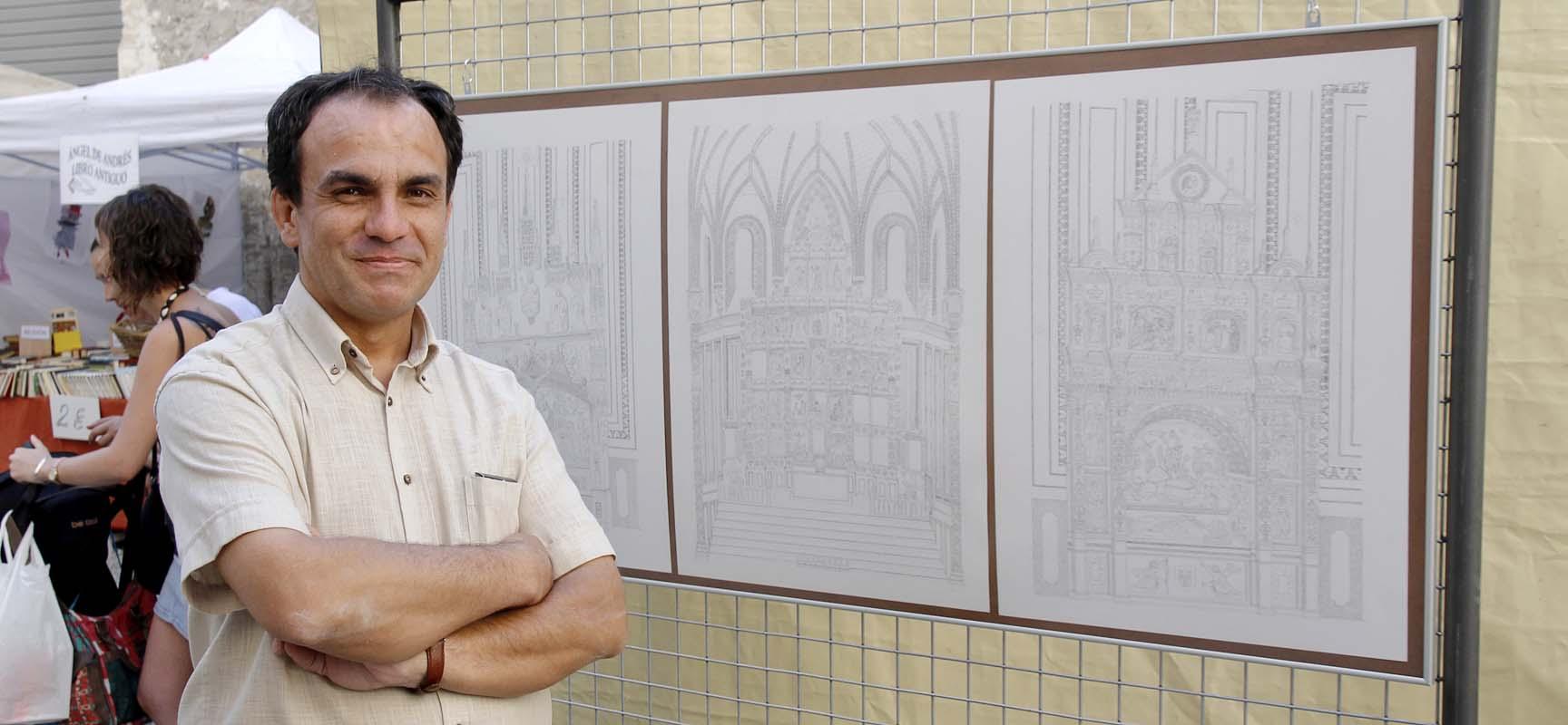 Manuel Ortega junto a tres de las láminas que reconstruyen cómo fue la iglesia de San Francisco