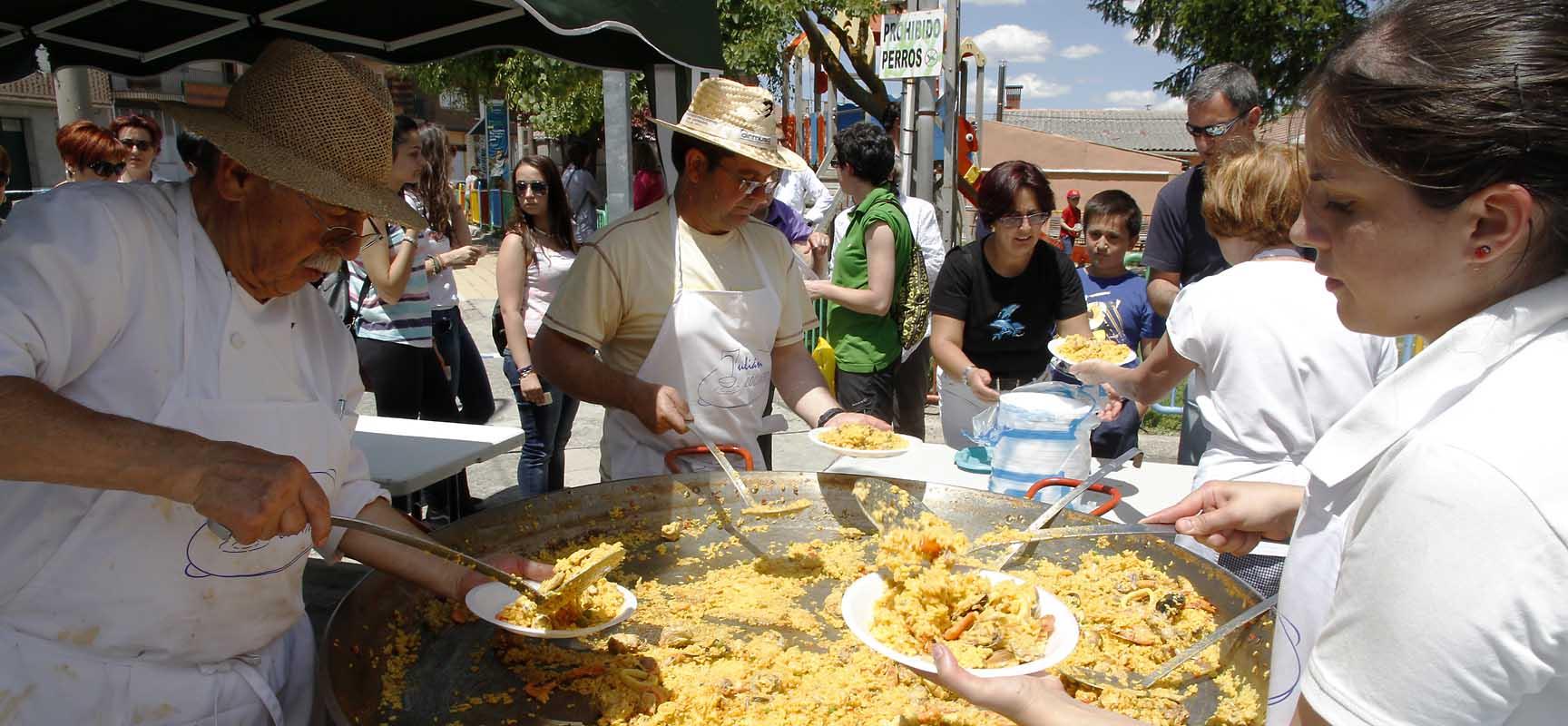 Centenares de vecinos de todo el municipio han acudido a la paellada fin de fiesta.