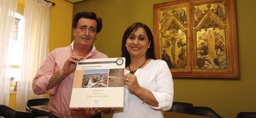 El alcalde de la villa y la concejala de Turismo muestran un ejemplar del proyecto presentado a Las Edades del Hombre.
