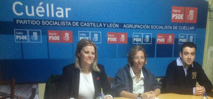 La procuradora socialista junto al secretario local  del PSOE de Cuéllar y la concejala socialista María Gutiérrez.