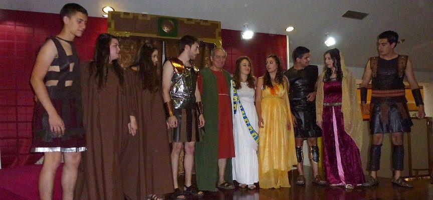 Saludo final de los actores tras la representación.