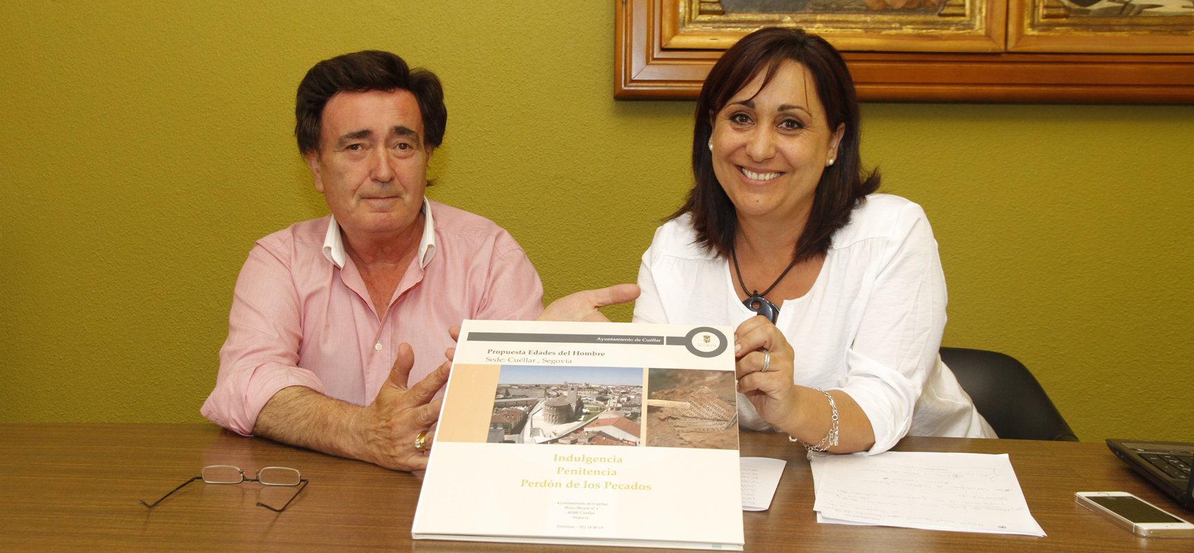 El alcalde y la concejala de Turismo de la villa, durante la presentación de la candidatura de Cuéllar.